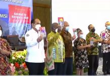 """buku """"Kembali ke Kampung Adat : Meniti Jalan Perubahan di Tanah Papua"""""""