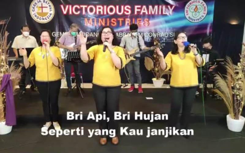 Para penyanyi dan pemusik yang memimpin pujian dalam ibadah di GBI Victorious Family Bogor