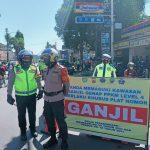 Penyekatan dilakukan oleh petugas keamanan untuk mendukung pemberlakukan PPKM Level 4 – Jurnal Polri